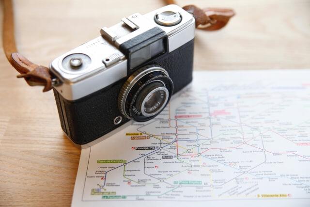 地図の上に置かれたカメラ
