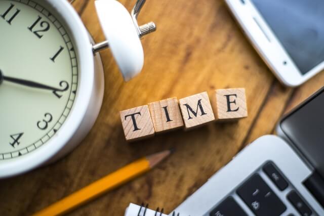 TIMEと書かれた置物と時計