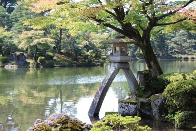 兼六園の灯籠と池
