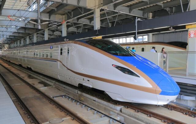 駅に停車している北陸新幹線