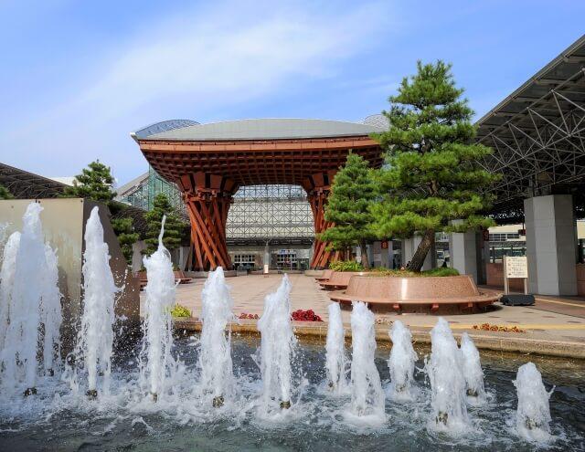 金沢駅の鼓門と噴水