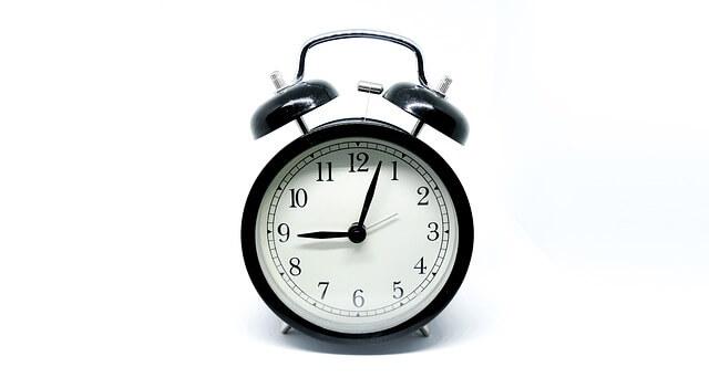 黒い目覚まし時計