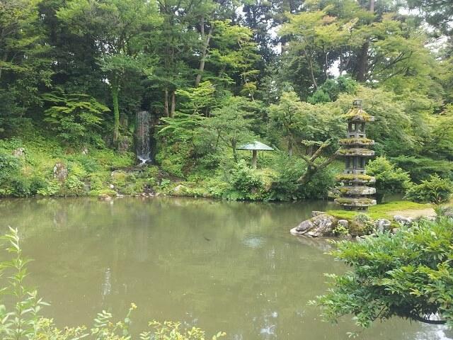 兼六園の池と灯籠と滝