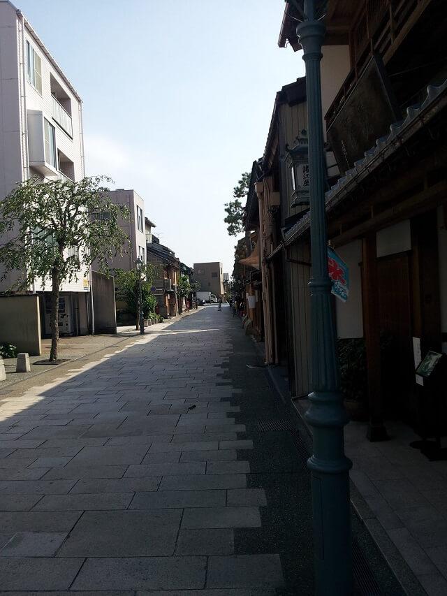 にし茶屋街の石畳の道