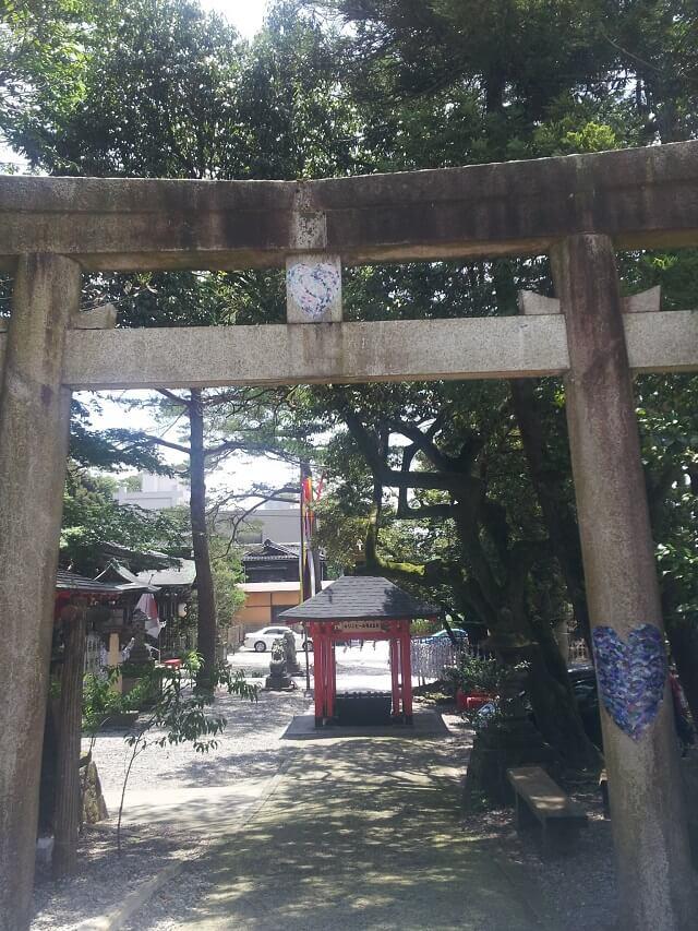 金沢の石浦神社のハートが描かれた鳥居