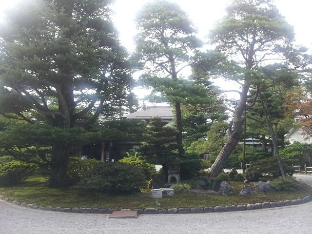成巽閣の入り口の庭