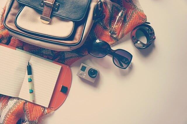 バッグやサングラスなどの旅行グッズ
