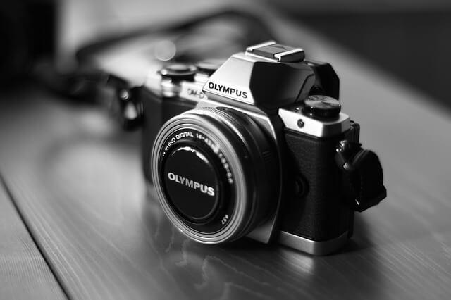 机の上に置かれたデジタルカメラ