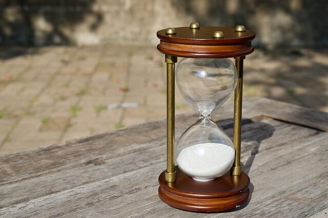 机の上に置かれた砂時計