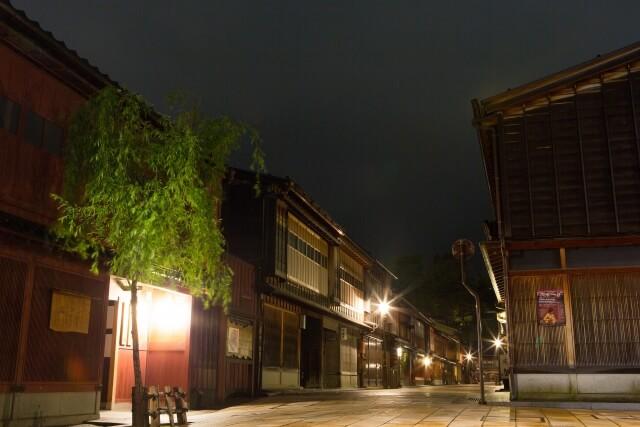 夜のひがし茶屋街の風景