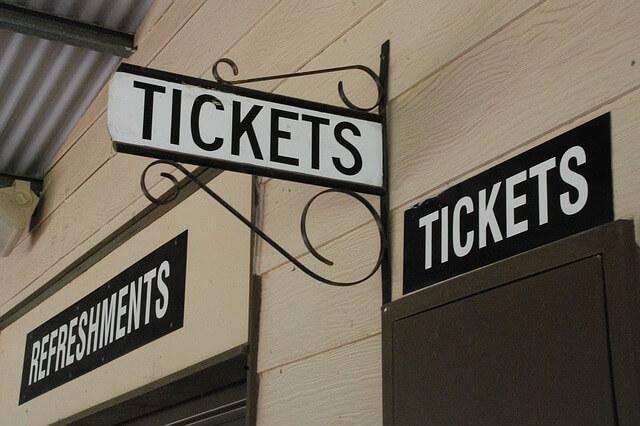 ticketsと書かれた看板