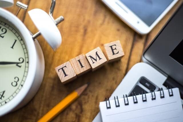 TIMEの文字が書かれた置物と時計