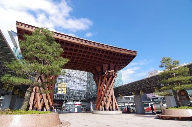 金沢駅前の鼓門