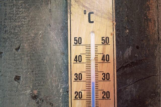 壁に設置された温度計