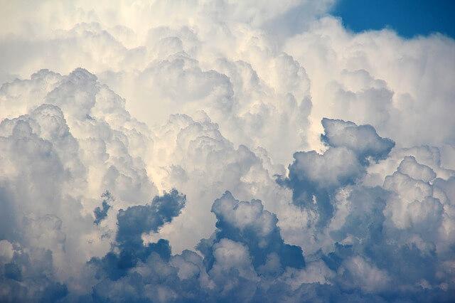 空に浮かぶ厚い雲