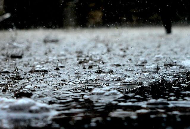 水たまりと雨の水滴