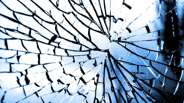 割れたガラス窓