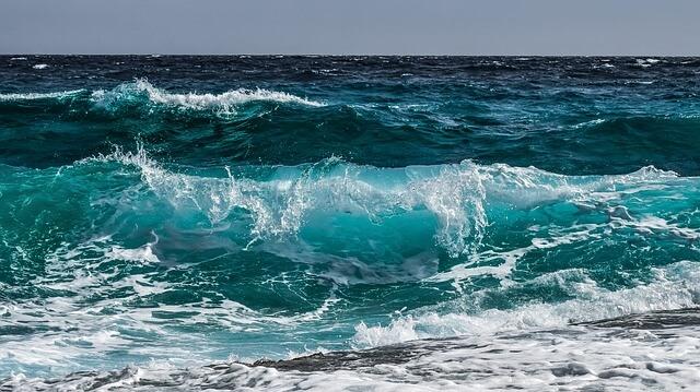綺麗な海の波