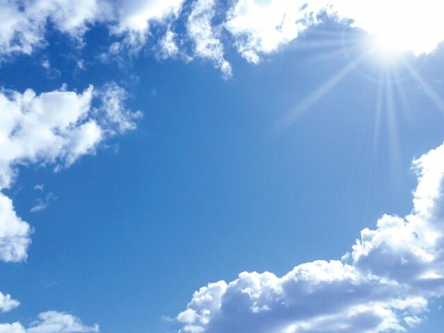 夏の太陽と青い空と雲
