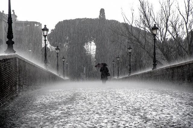 大雨が降っている様子