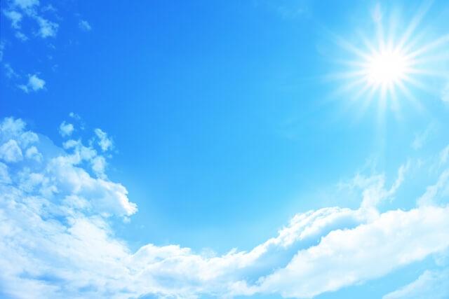 夏の太陽と雲