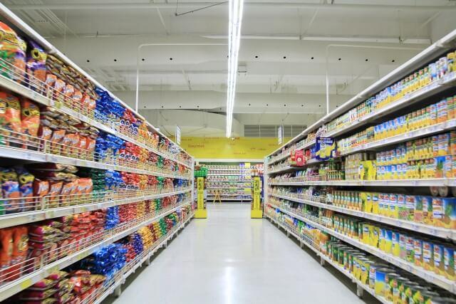 スーパーマーケットの通路