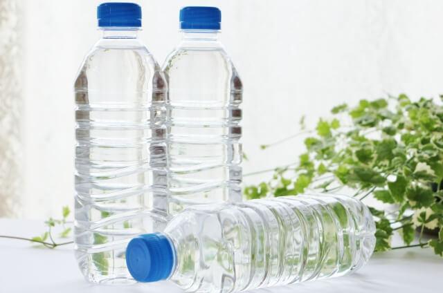水のペットボトル3本