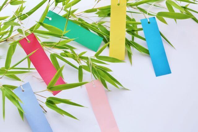 七夕の笹と飾り付けられた短冊