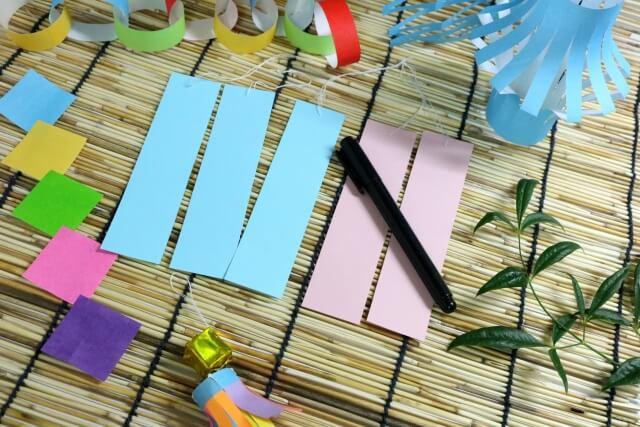 折り紙で作った七夕飾りと短冊