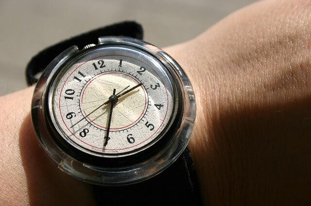 腕時計で時間を確認する