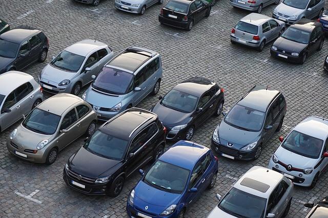 駐車場に駐車している車