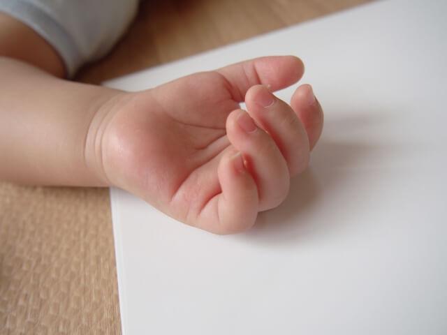 赤ちゃんの小さい手