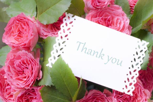 Thank Youと書かれたメッセージカードと花束