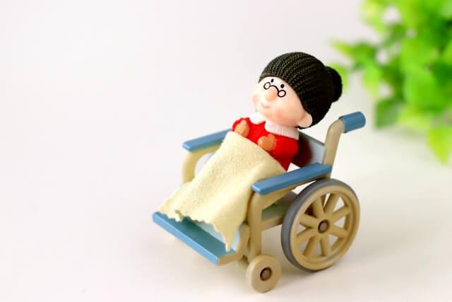 車椅子に乗るおばあちゃんの人形