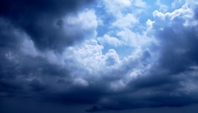 台風の接近による黒い雲