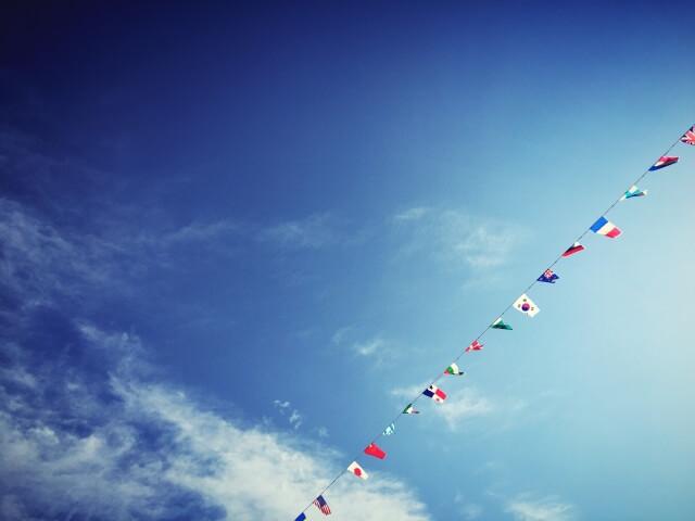 運動会で飾られた国旗と青空