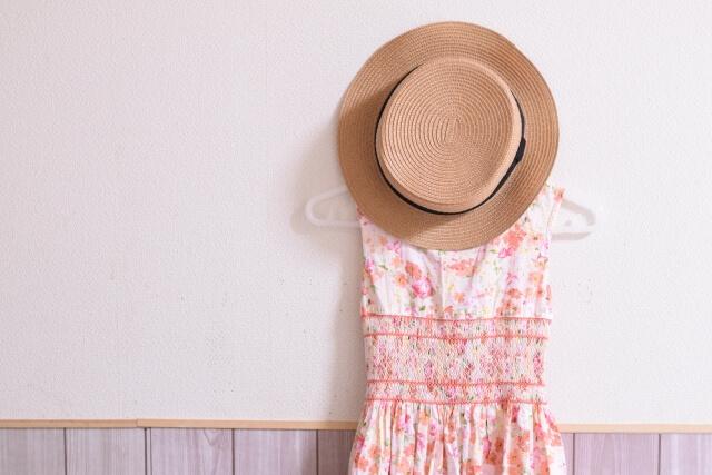 花柄のワンピースと帽子