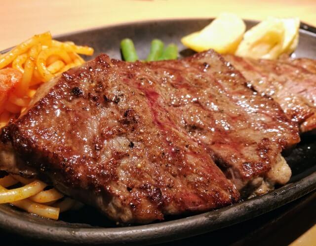 鉄板の上のステーキ