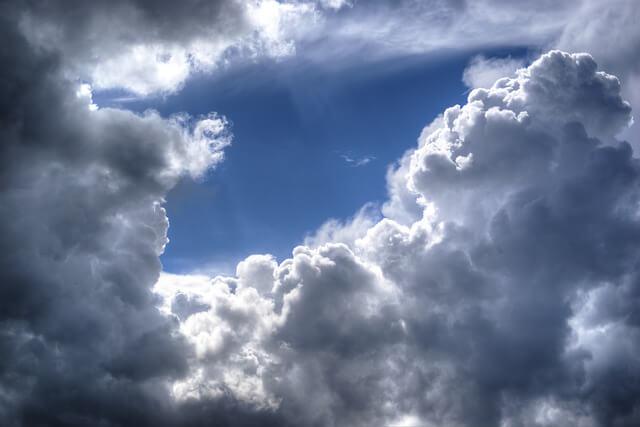 黒い雲と青空